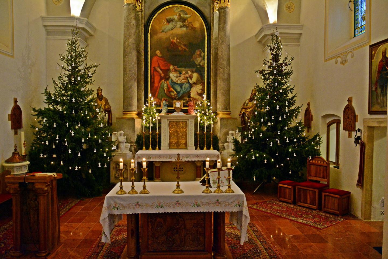 Templom karácsonyi díszben.